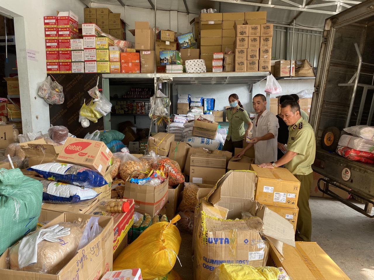 Cục QLTT Bà Rịa - Vũng Tàu: Phát hiện hơn 1240 kg bánh kẹo, mứt, khô gà các loại không rõ nguồn gốc xuất xứ.